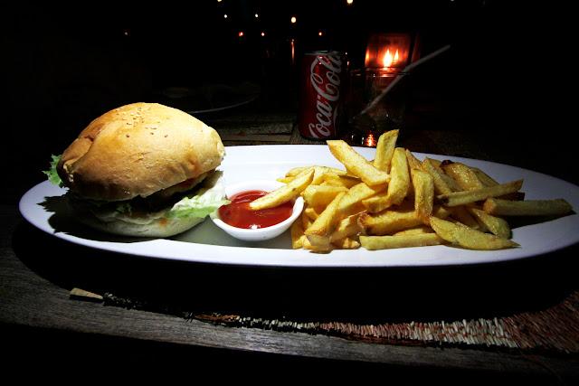 Hamburguesa en un restaurante de la playa de Gili Trawangan