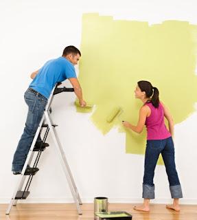 парень и девушка красят стены