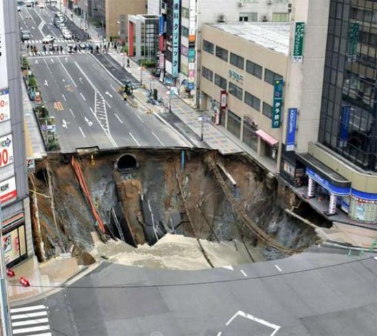 Cratera em Fukuoka no Japão - antes