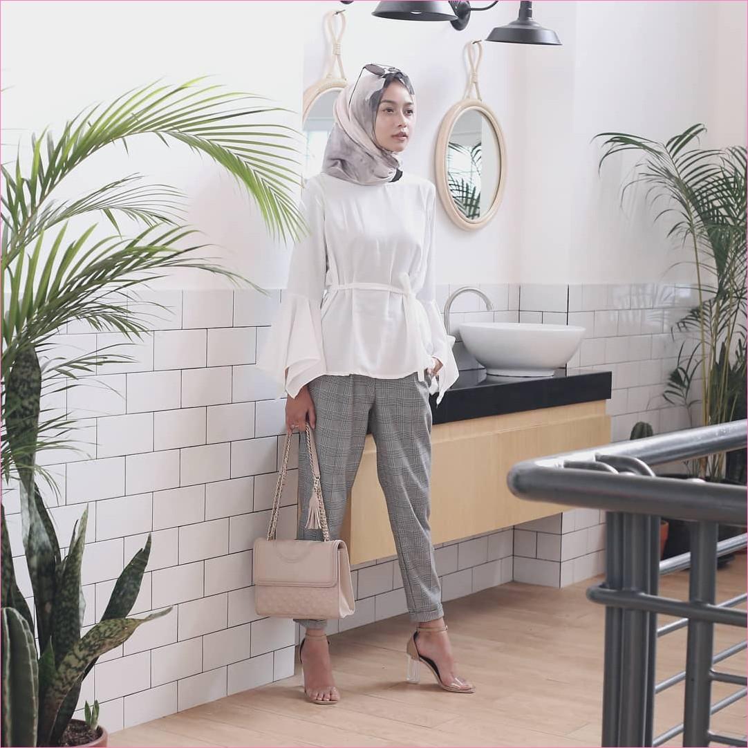 Outfit Kerudung Segiempat Ala Selebgram 2018 kerudung segiempat hijab square scarf bermotif krem baju top blouse lengan terompet putih celana bahan abu high heels slingbags kacamata ootd trendy hijabers kekinian kamar mandi