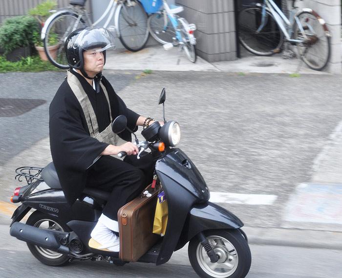 Mnich na skuterze