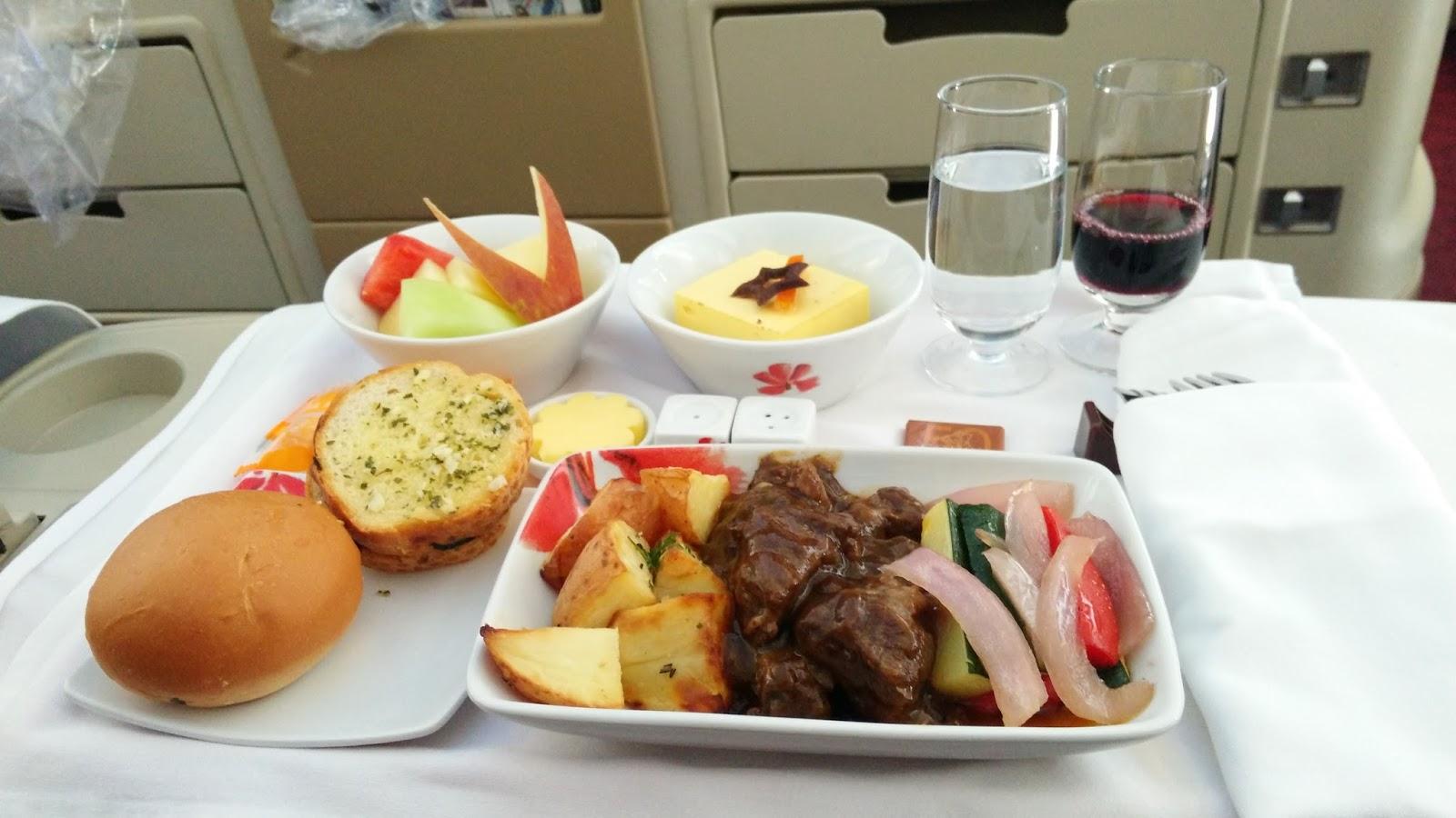 黑老闆說︱香港航空A330-300商務艙_餐點是燴牛肉,所以一口氣點了香檳、白酒、紅酒。