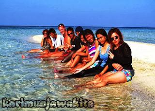 wisatawan karimun jawa berjemur di pantai