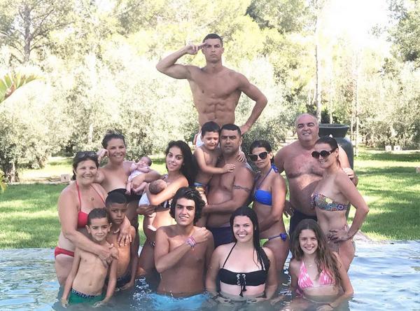 Ronaldo Berlibur bersama Kekasih dan keluarga besar