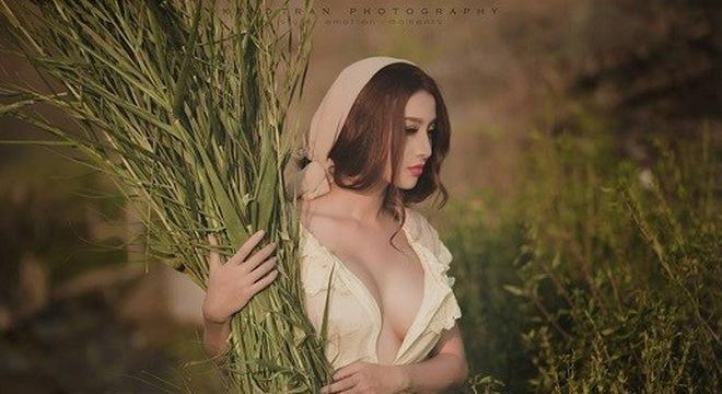 """Khó cưỡng trước vẻ sexy của """"cô gái nông thôn"""" đi gặt cỏ bò sữa"""