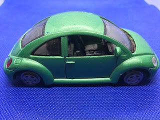 フォルクスワーゲン ニュービートルのおんぼろミニカーを側面から撮影