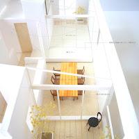 住宅密集地に建つふたつのテラスを持つ上品な家