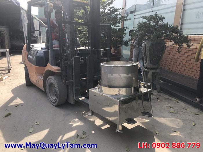 Vận chuyển máy vắt ly tâm inox Vĩnh Phát vào vị trí lam việc, cam kết máy ly tâm thực phẩm chất lượng cao