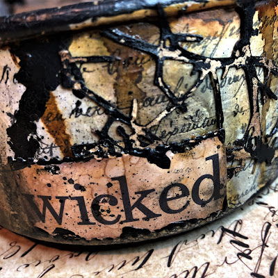 Sara Emily Barker sarascloset https://sarascloset1.blogspot.com/2018/10/a-tiny-witching-cauldron.html Altered Cauldron with Tim Holtz Sizzix Alterations, Distress and Ideaology 9