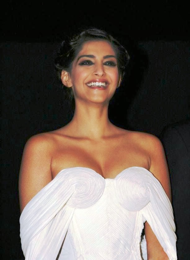 Sonam Kapoor Top Hot And Sexy Oops Moments - Bollywood Chuchpa-9958