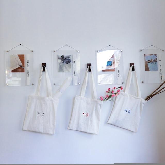 Le salon de thé Coréen, Plus 82 Paris, expose ses Tote-Bag dans son magasin !