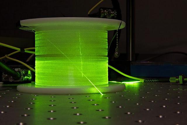 800px-Erbium-doped_fiber_with_green_light.jpg