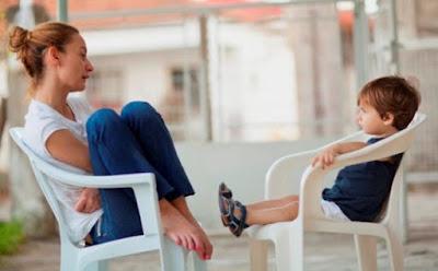 جمل وعبارات يجب ان تقوليها لطفلك ام امرأة فتاة تجلس على كرسى مع طفلها يجلس ابنها يتكلمان يتكلمون mother son sitting on chair talking kid boy chatting