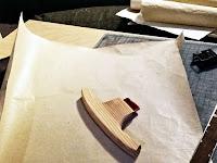 Yüzeyi düzeltilmiş bir kağıt üzerindeki ucunda akik olan ahşap mühre