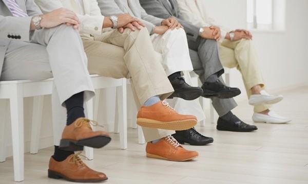 Xem tướng: người ngồi hay rung chân là người như thế nào?