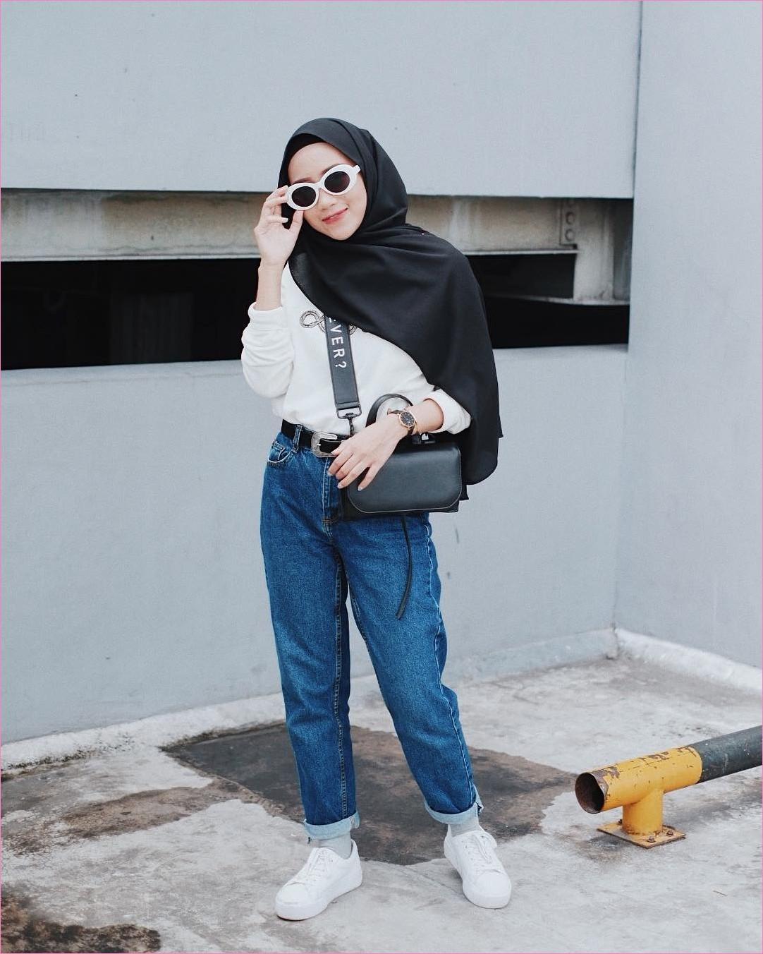 Outfit Celana Jeans Untuk Hijabers Ala Selebgram 2018 blouse mangset tsweaters hijab pahsmina diamond hitam pants jeans denim kets sneakers putih jam tangan kaos kaki abu kacamata bulat ootd trendy