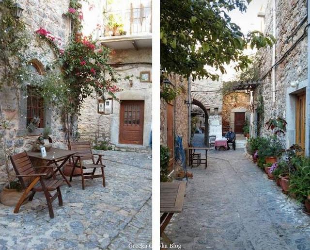 drewniane krzesła i stoliki, donice z kwiatami w Mesta Chios Grecja