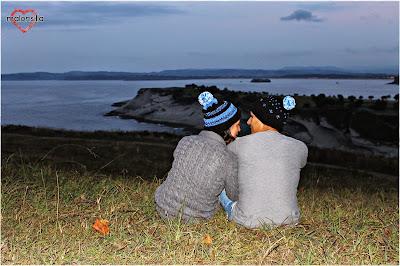 Pareja abrazada y mirando al mar con gorros de lana Malonsilla