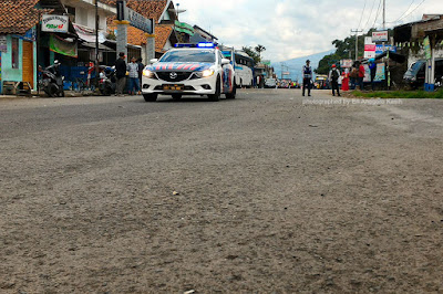 Jalan raya sudah steril karena Presiden Jokowi mau lewat.