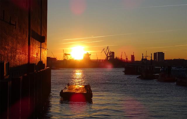 Sonnenuntergang am Hafen Hamburg auf dem Weg zur Elbphilharmonie, Hafenkräne, Seitenarm der Elbe