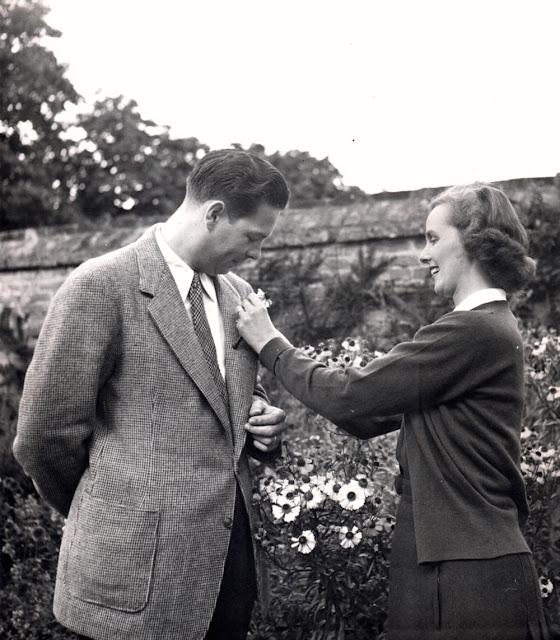 regele Mihai impreuna cu regina Ana printre flori