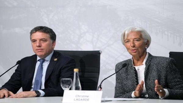 FMI celebra política económica de Macri y pide más recortes