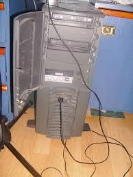 mencabut kabel AC komputer dari steker secara langsung