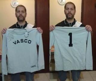 81a42f5935d14 Figura 2 - Alex Moreira com réplica de camisa do goleiro Barbosa