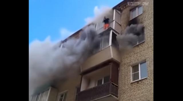 اشتعلت النيران بشقتهم .. ما فعله الاب لاحقا أنقذ الجميع شاهد ماذا فعل ...بالفيديو