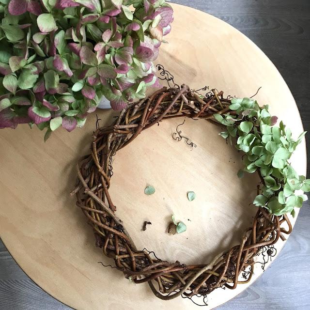 podzimní věnec - postup, jak vyrobit - podzimní věnec s přírodními květy