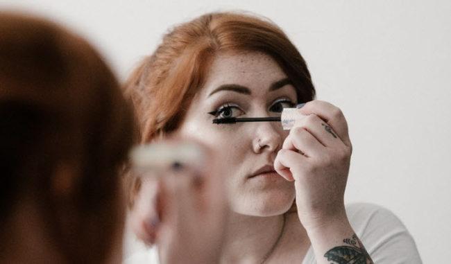 امرأة ترتدي ماسكارا أثناء النوم لمدة 25 عاما ولا تغسل وجهها أبدا - انظر تحت جفنها