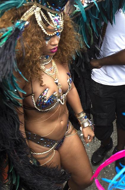 Rihanna se veste como um pavão