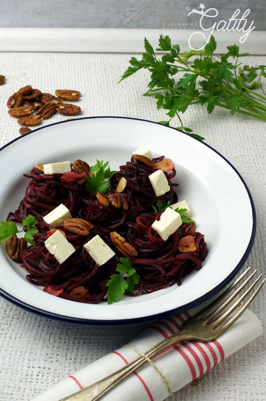 salatka-z-burakow-na-bialym-talerzu