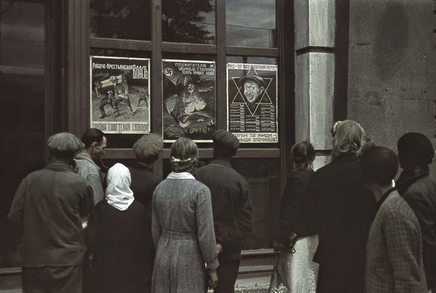 Carteles anticomunistas y antisemitas.