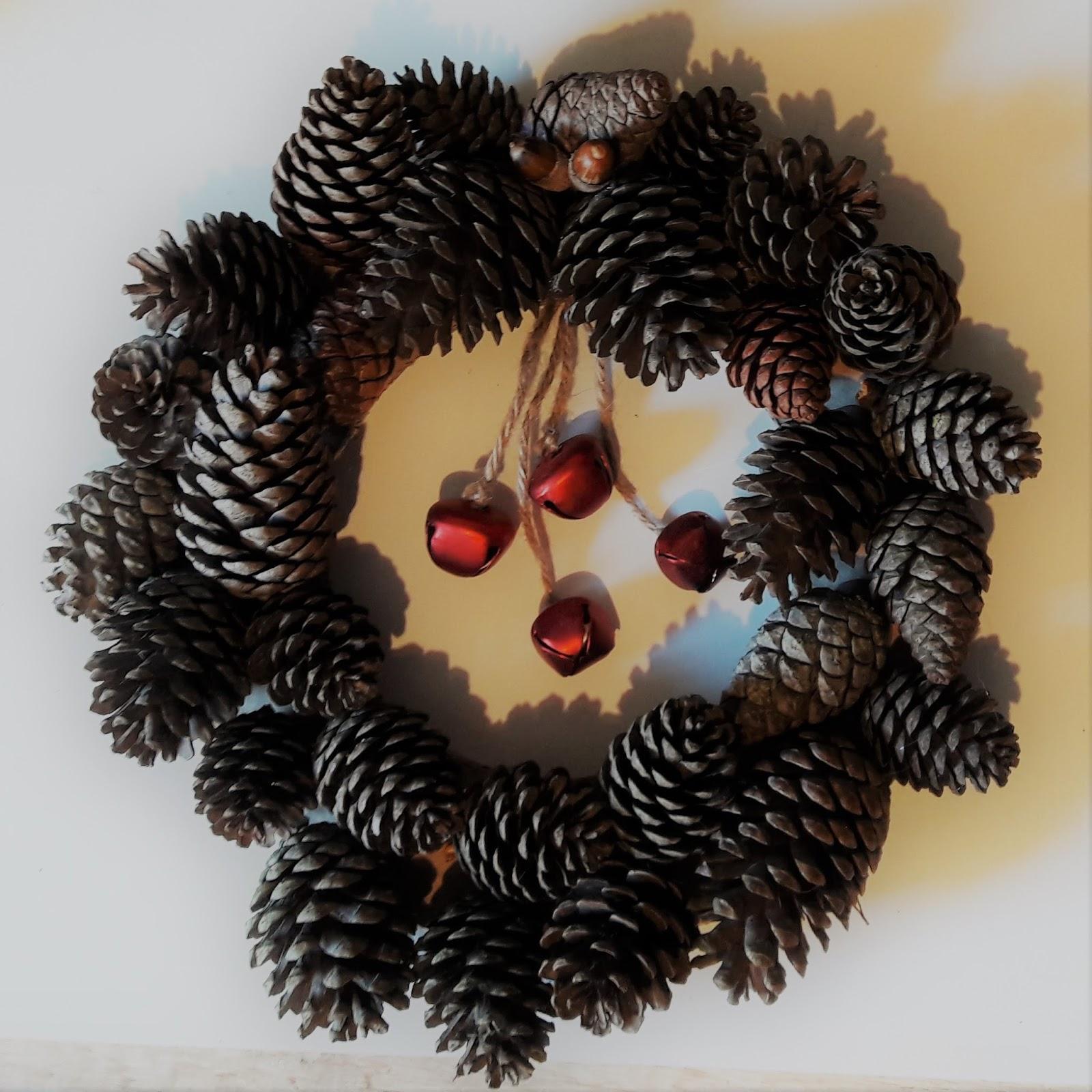 bricolage noël : une couronne en pommes de pin - la quiche et ses
