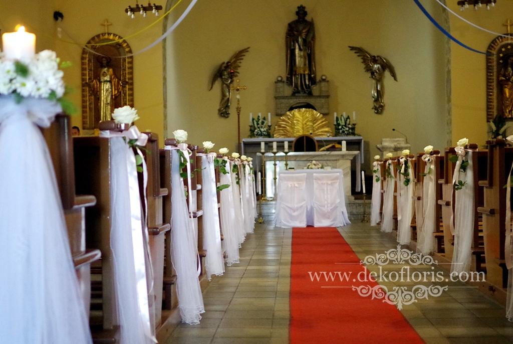 slubna dekoracja kościoła opolskie kwiaty białe i pudrowo różowe