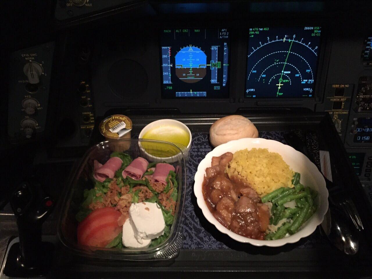 Uçak Seyahatinde Pilotlar Asla Aynı Yemeği Yemezler
