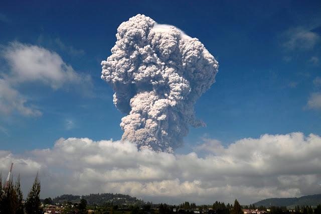 माउंट सिनाबुंग ज्वालामुखी विस्फोट