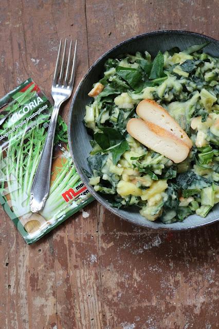 Cicoria catalogna-Salat mit warmem Kartoffeldressing und Räucherkäse