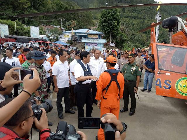 Menteri Luhut saat tiba di Tigaras, Danau Toba.