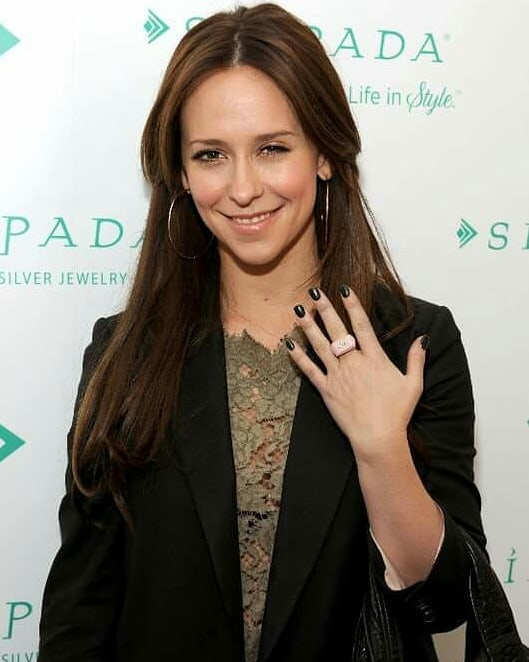 Jennifer Love Hewitt Looks So Hot