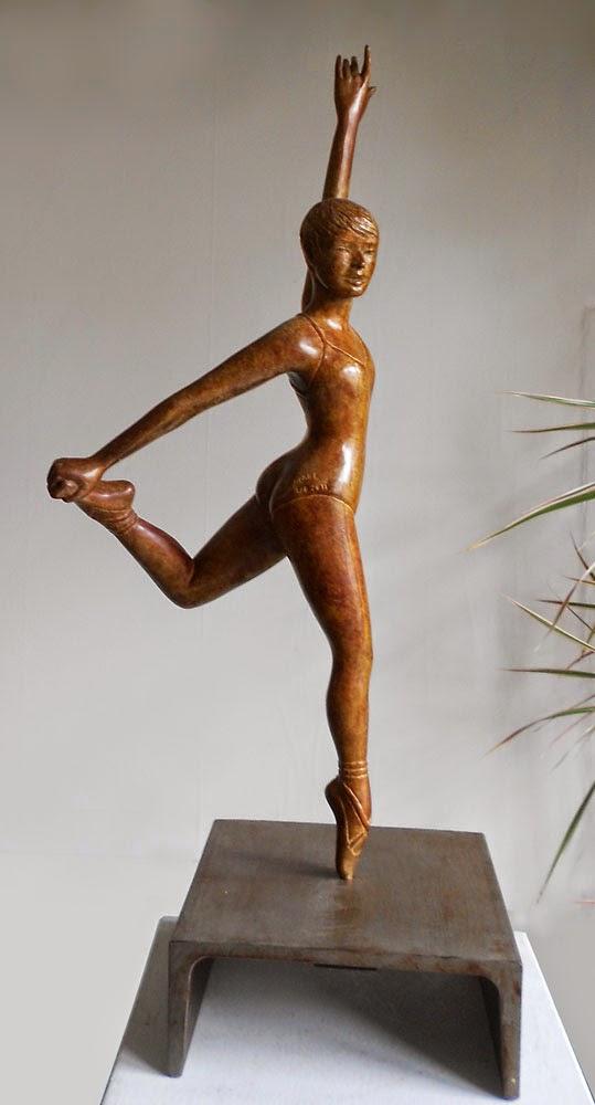 Femme gracieuse, vue de profil, en chaussons et collant de danse classique exécute une figure