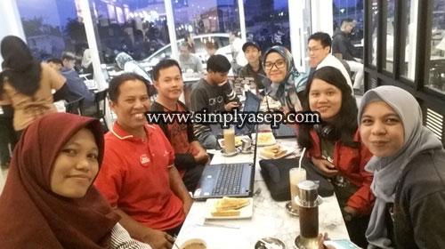 FOTO BERSAMA : Beginilah kalau para blogger kopdar alias kopi darat gathering di mana saja sealu tersenyum dalam ikatan kebersamaan dan kekeluargaan