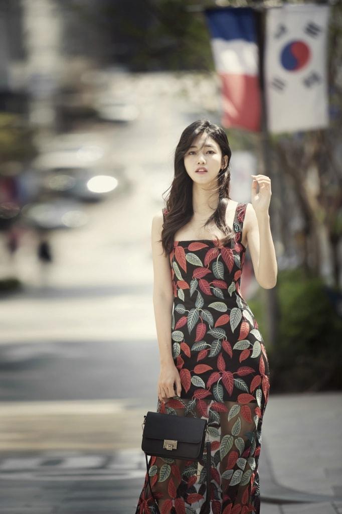 Á hậu Thanh Tú lãng mạn với váy dài dạo phố