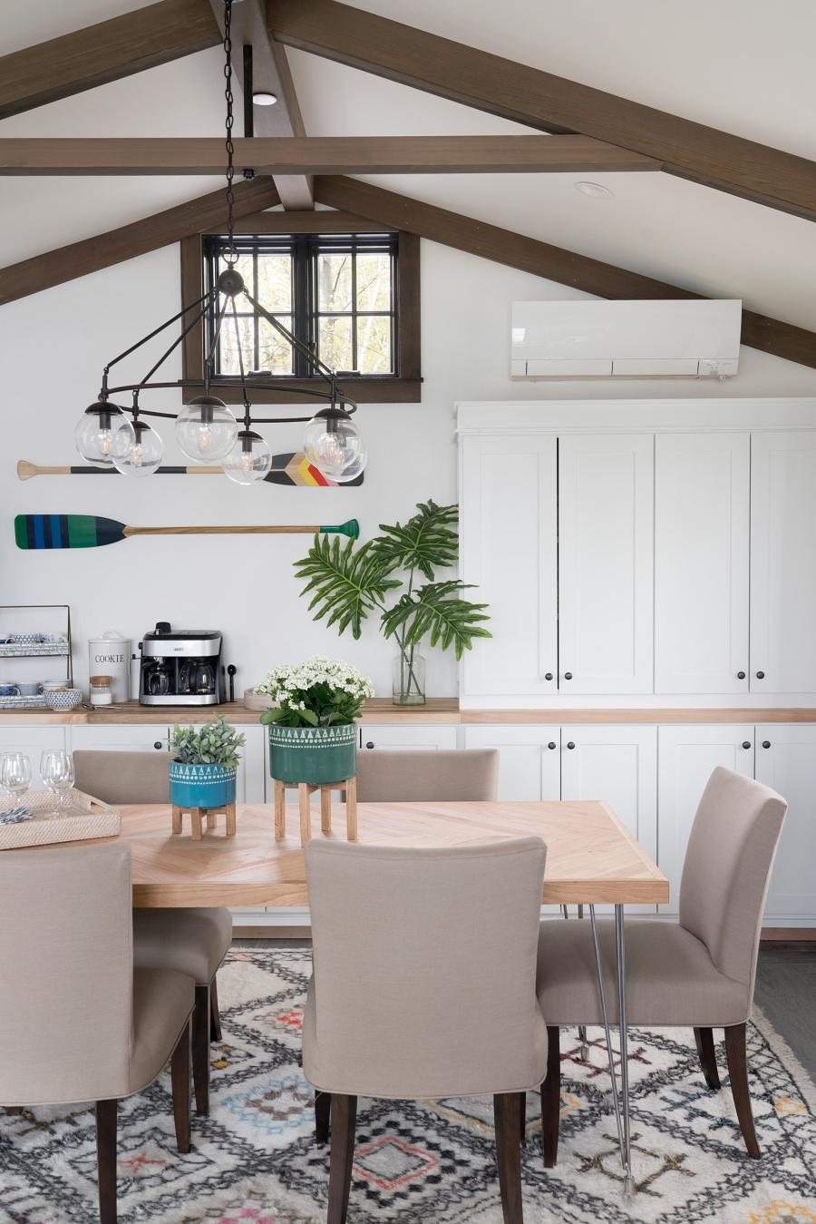 Przytulny dom nad jeziorem, wystrój wnętrz, wnętrza, urządzanie mieszkania, dom, home decor, dekoracje, aranżacje, styl Hamptons, styl rustykalny, rustic style, styl skandynawski, scandinavian style, kuchnia, kitchen, wyspa kuchenna