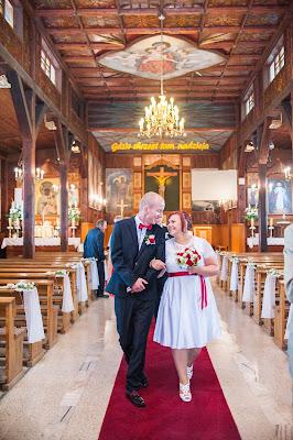 Nowożeńcy wychodzą z Kościoła.