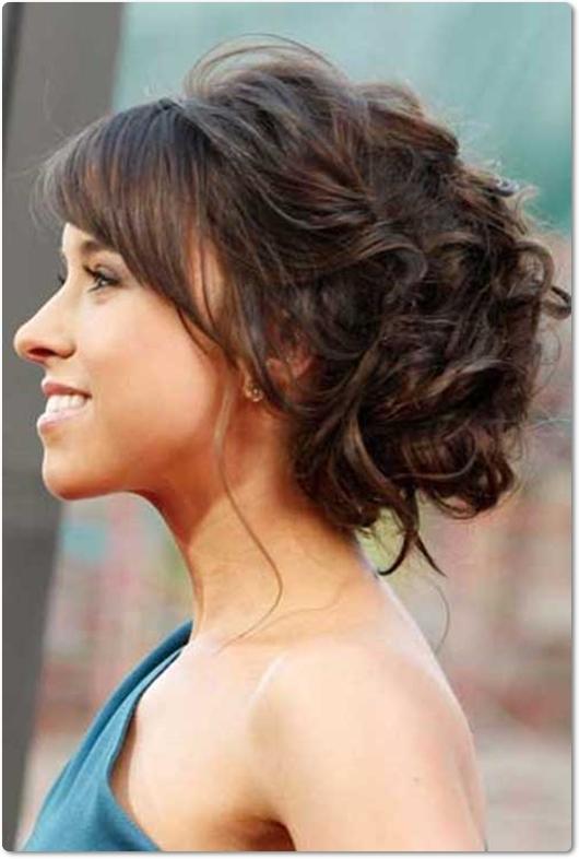10 Hochsteckfrisuren für lockige Haare