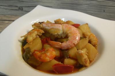 Guiso de patatas con gambas y pimientos con caldo de pescado