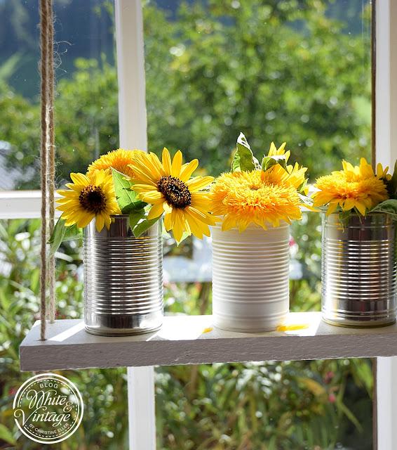 Sonnenblumen auf Blumenschaukel in Dosenvasen