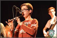 Corentin en concert jouant du tin whistle, flûte irlandaise